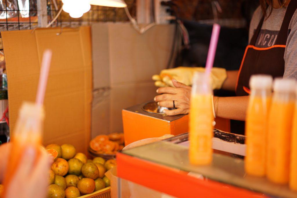 オレンジジュースを絞るタイの方