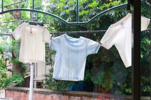Uchinomi-dainingSOの窓辺のTシャツ