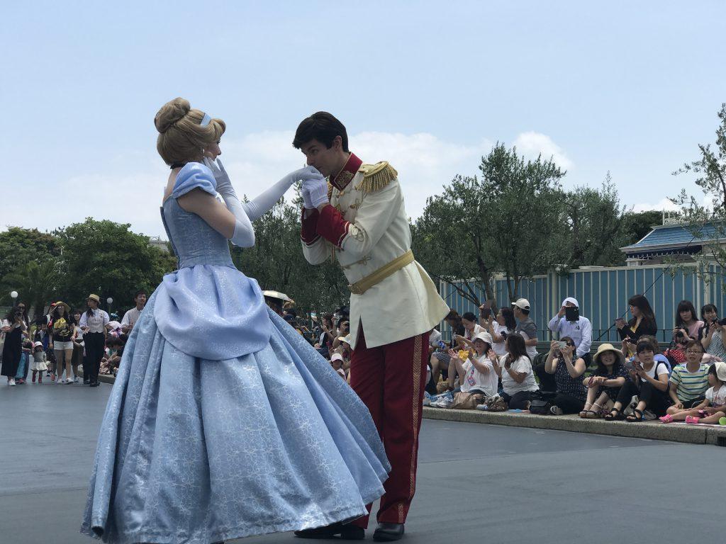 ディスニーのパレードで手にキスされるシンデレラ
